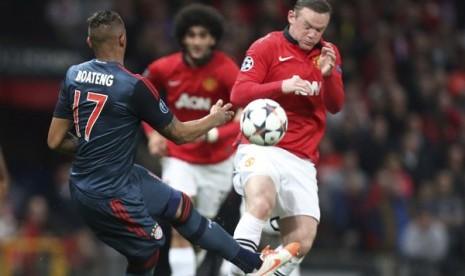 Wayne Rooney (kanan) saat menghalau tendangan pemain Bayern Muenchen Jerome Boateng dalam leg pertama babak delapan besar Liga Champions, di Old Trafford.