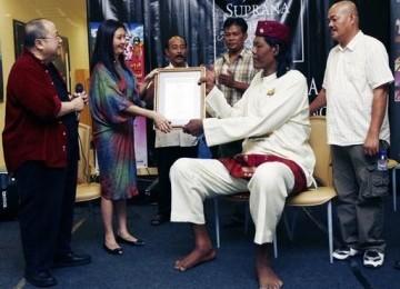 Manusia Tertinggi di Indonesia Tutup Usia
