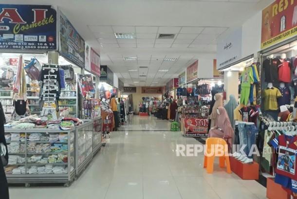 Gelombang paceklik daya beli juga dirasakan di Kota Padang, Sumatra Barat. Para pedagang SPR Plaza mengeluhkan omzet yang anjlok hingga 50 persen dibanding tahun 2016 lalu.