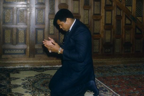Muhammad Ali berdoa