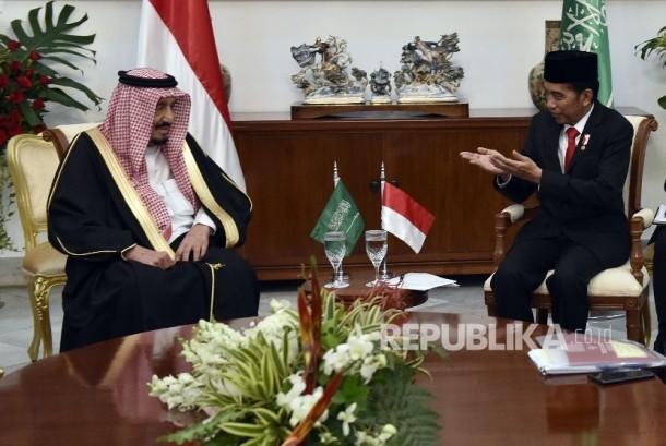 Raja Arab Saudi, Raja Salman bin Abdul Aziz Al Saud didampingi Presiden RI Joko Widodo menyapa jamaah seusai melakukan salat tahiyatul masjid di Istiqlal, Jakarta, Kamis (2/3)