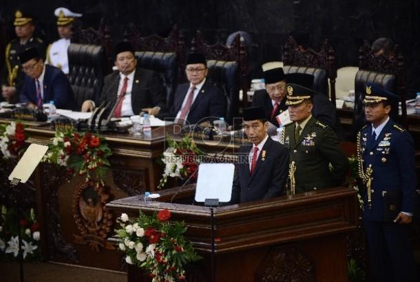 Presiden Joko Widodo menyampaikan pidato kenegaraan pertamanya dalam Sidang Tahunan MPR Tahun 2015 di Kompleks Parlemen, Senayan, Jakarta, Jumat (14/8).  (Republika/WIhdan)