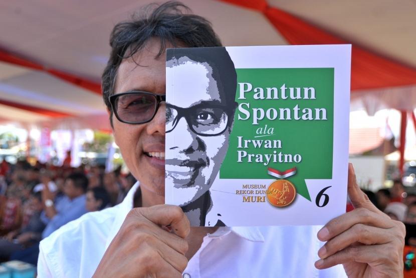 Gubernur Sumatera Barat, Irwan Prayitno menunjukan buku pantun spontan keenam ciptaannya, di Padang, Sumatera Barat, Minggu (20/8).