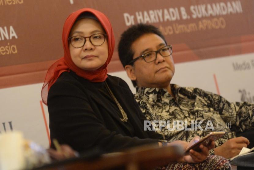 Pendiri Core Indonesia Hendri Saparini (kiri), dan Ketum Apindo Hariyadi Sukamdani menjadi pembicara dalam seminar Core Economic Outlook 2018, Jakarta, Selasa (28/11).
