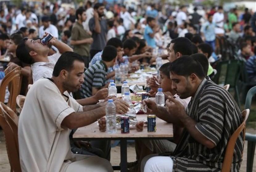 Ribuan warga Palestina berbuka puasa bersama di kota Gaza, Palestina. (AP/Adel Hana)