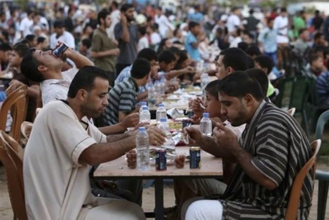 Image result for buka puasa di Palestina