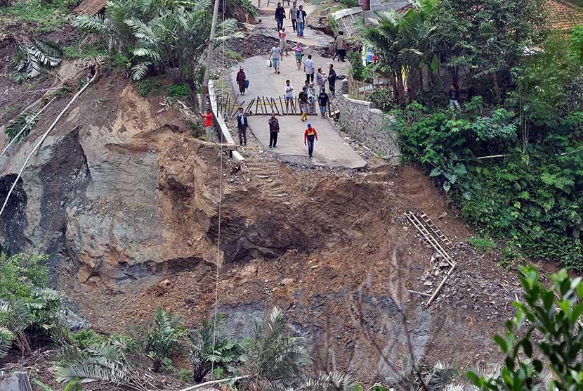 [ilustrasi] Sejumlah warga menyaksikan jalan raya yang ambles di lokasi bencana longsor di Desa Clapar, Madukara, Banjarnegara, Jateng.