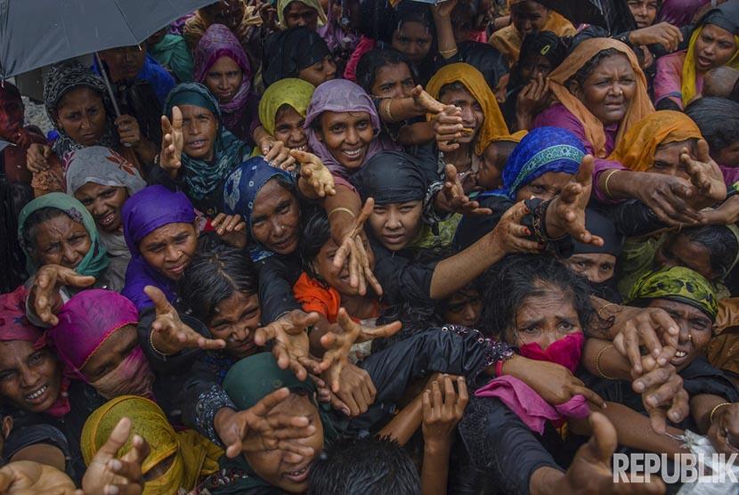 Dalam foto file bulan September 2017, sejumlah pengungsi perempuan Muslim Rohingya berebut pembagian makanan di kamp pengungsian Balukhali, Bangladesh.