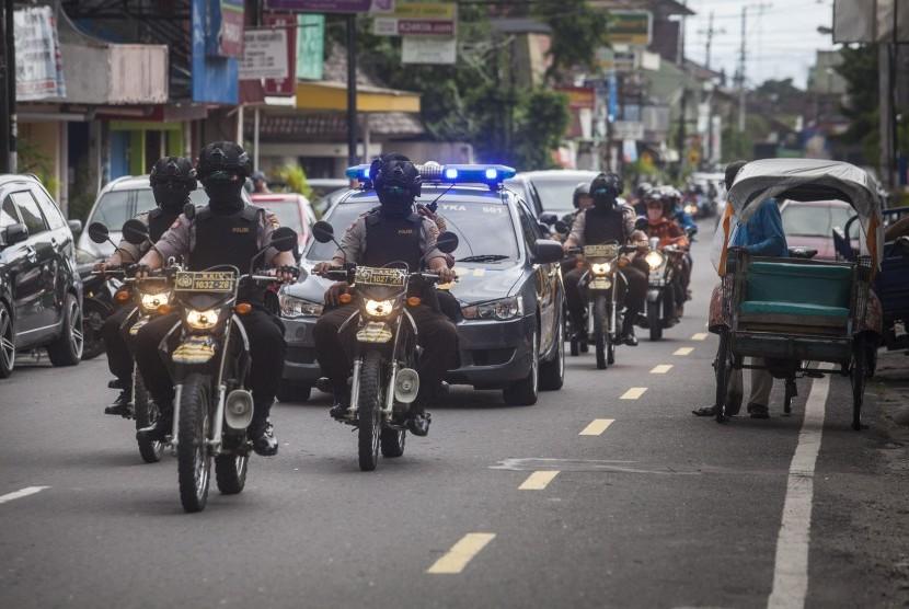 Anggota Sat Sabhara Polresta Yogyakarta melakukan patroli di Yogyakarta.