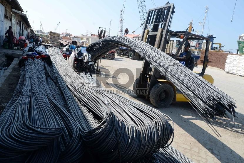 Besi dan Baja Prioritas Industri di Indonesia: Pekerja melakukan bongkar muat besi baja di Pelabuhan Sunda Kelapa, Jakarta, Kamis (28/5).