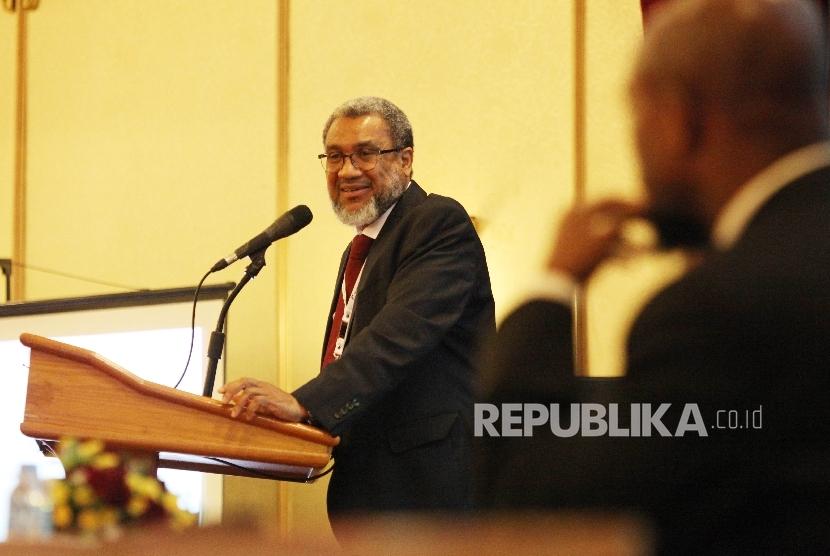 Director of the Middle East Monitor  Daud Abdullah (kiri) saat menjadi pembicara dalam Konferensi Internasional Media Islam ( International Conference of Islamic Media-ICIM) di Jakarta, Rabu (25/5). (Republika/Rakhmawaty la'lang)