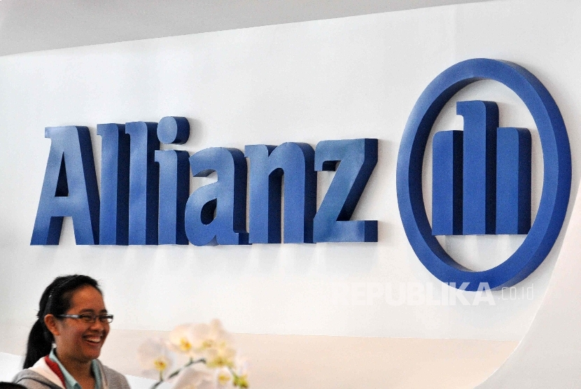 Petugas melintas di depan logo asurnasi Allianz di kantor pelayanan Asuransi Allianz (Ilustrasi)