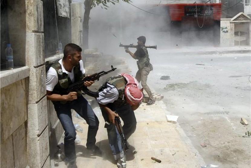 Gerilyawan Pasukan Pembebasan Suriah (FSA) melepaskan tembakan ke tank pasukan Suriah saat pertempuran besar di pusat Aleppo, Suriah, pada Sabtu (11/8).