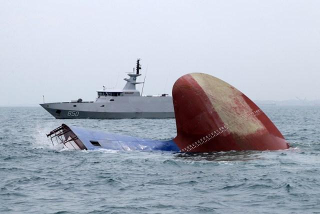 """Image result for jauh dari kapal terbalik"""""""