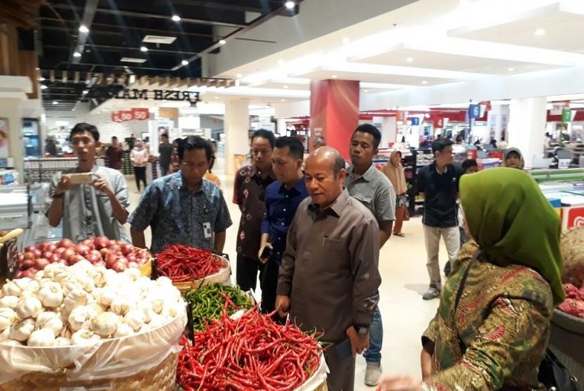 Kementerian Perdagangan melakukan sidak di sejumlah ritel modern di Kota Padang, Sumatra Barat, Selasa (10/4). Kemendag mengingatkan pengelola ritel modern untuk menaati ketetapan HET sejumlah komoditas pangan.