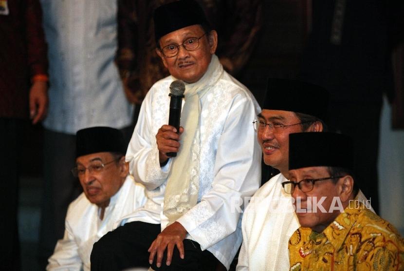 Ketua Dewan Kehormatan ICMI B.J Habibie (kedua kiri) bersama Ketua Umum ICMI Jimly Asshiddiqie (kedua kanan),saat menghadiri acara buka puasa bersama di kediaman B.J Habibie di Jakarta, Rabu (15/6).  (Republika/Rakhmawaty La'lang)