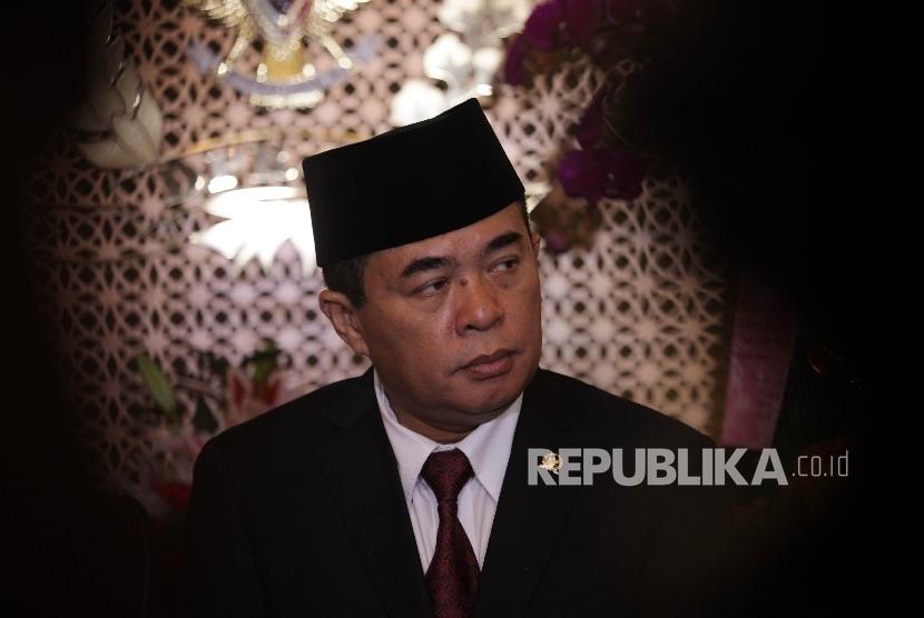 Ketua DPR RI Ade Komarudin memberikan keterangan pers seusai melakukan pertemuan tertutup di gedung Nusantara III, Kompleks Parlemen, Jakarta, Senin (31/1).
