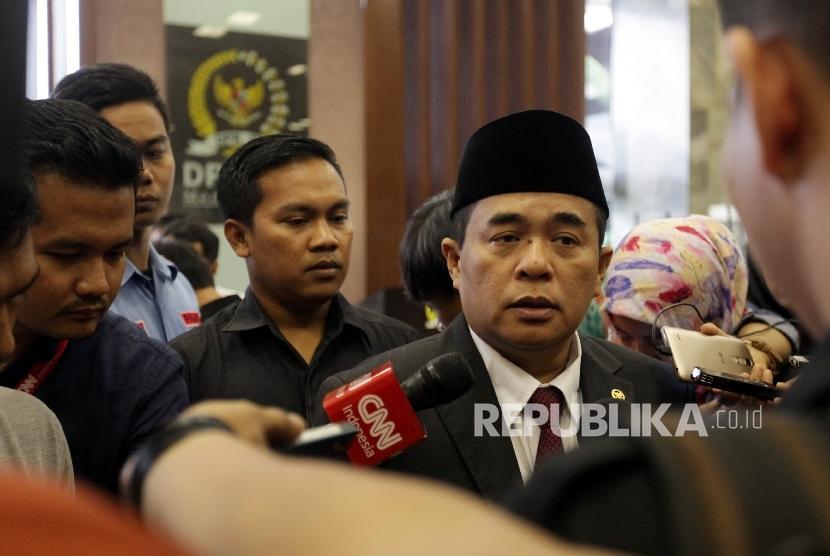 Ketua DPR RI, Ade Komarudin usai memberikan keterangan Pers terkait terkait pertemuan antara pimpinan DPR dengan pimpinan fraksi di Kompleks Parlemen, Jakarta, Senin (18/1).