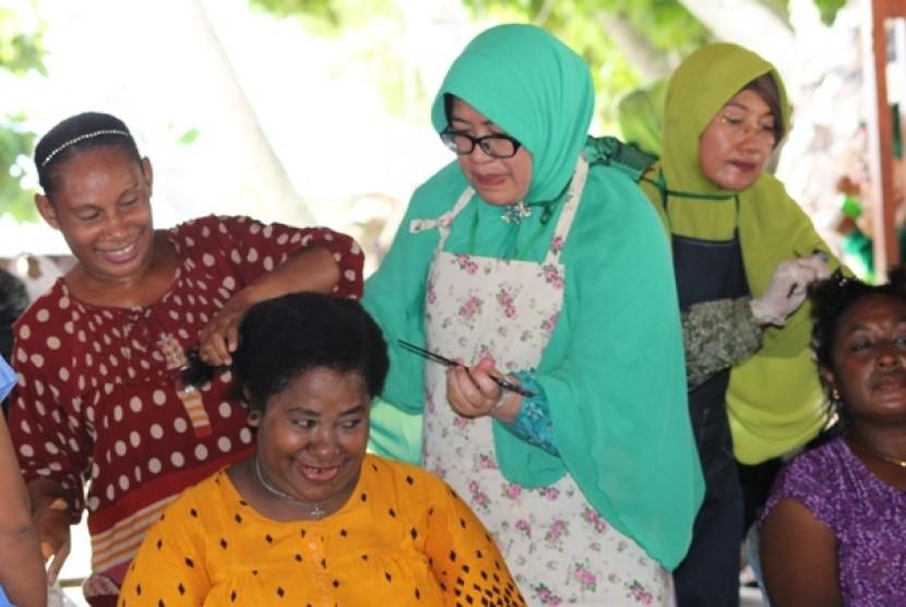 Lusfia Mahendradata sedang merebounding seorang warga Raja Ampat melalui kegiatan Wisata Dakwah