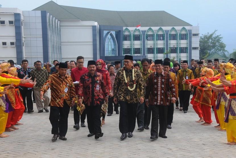 Menteri Agama Lukman Hakim Saifuddin (tengah) menghadiri peresmian kampus baru Institut Agama Islam Negeri (IAIN) Salatiga, Jawa Tengah, Jumat (27/1).
