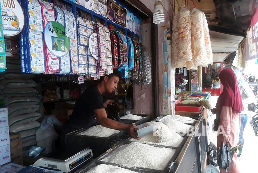 Pedagang beras di Pasar Soreang mengeluhkan harga beras yang mengalami kenaikan sekitar 1000 hingga 1500, Ahad (14/1). Kenaikan harga beras dipicu gagal panen di sejumlah daerah.