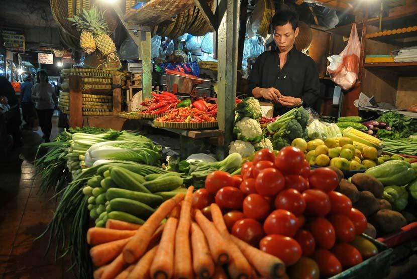 Pedagang komoditas bahan makanan melayani pembeli di pasar tradisional. ilustrasi