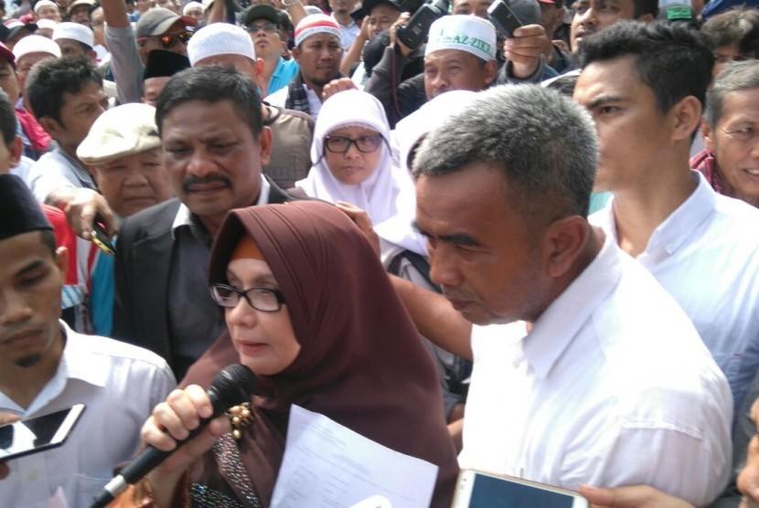 Pelapor kasus penistaan agama dengan tersanka Ahok, Irena Handono dan Sekretaris PP Pemuda Muhammadiyah Pedri Kasman tidak bisa memasuki ruang sidang di Pengadilan Negeri Jakarta Utara.