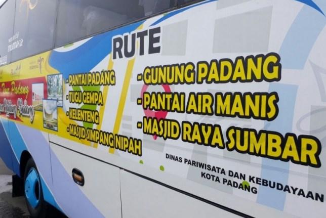 Pemkot Padang menyediakan fasilitas bus 'City Tour' gratis bagi wisatawan. Sejumlah destinasi wisata akan dilalui bus ini, termasuk Pantai Padang, Gunung Padang, Pantai Air Manis, hingga Masjid Raya Sumbar.
