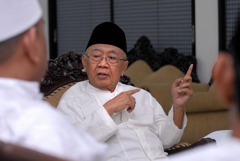Pengasuh Ponpes Tebuireng KH Salahuddin Wahid (tengah) mengadakan pertemuan dengan Forum Pengurus Cabang dan Wilayah Nahdlatul Ulama serta tim kuasa hukum di Pondok Pesantren Tebuireng, Jombang, Jawa Timur, Jumat (11/9).
