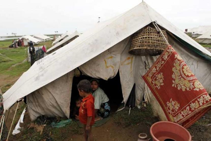 Pengungsi etnis Rohingya duduk di tenda mereka di kamp pengungsi Baw Pha Du di Sittwe, Negara Bagian Rakhine, Myanmar, Rabu, (1/8).