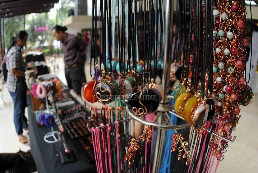 Pengunjung melihat perhiasan dari batu yang dijual dalam pameran produk unggulan Usaha Kecil dan Menengah (UKM)Indonesia. ilustrasi (Republika/Agung Supriyanto)