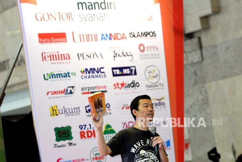 Penulis Buku Tere Liye memberikan paparan kepada fans pada Bedah Buku Tentang Kamu saat Islamic Book Fair 2017, Balai Sidang, Jakarta, Ahad (7/5).