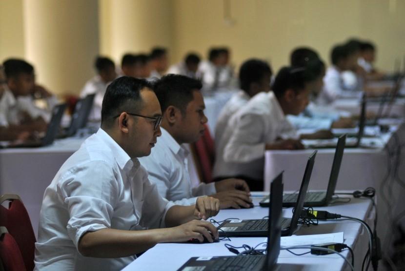 Tes melalui Computer Assisted Test (CAT) bagi calon pegawai negeri sipil (ilustrasi)
