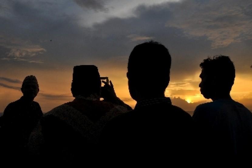 Petugas Badan Hisab Rukyat meneropong posisi hilal (bulan) untuk menentukan 1 Ramadhan.