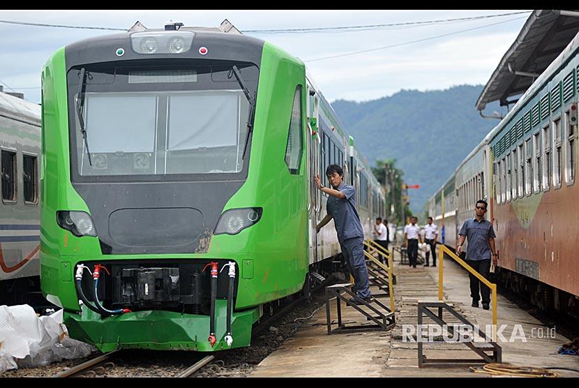 Petugas mengecek kondisi Kereta Rel Diesel Elektrik (KRDE) Bandara Internasional Minangkabau (BIM).
