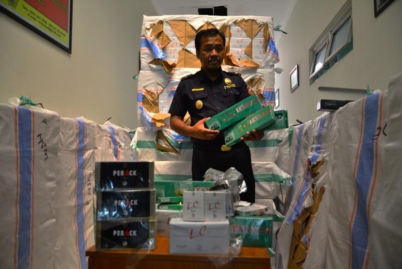 Petugas menunjukkan barang bukti rokok Sigaret Kretek Mesin (SKM) ilegal berbagai merek di kantor Bea dan Cukai Kudus, Jawa Tengah, Kamis (3/3).