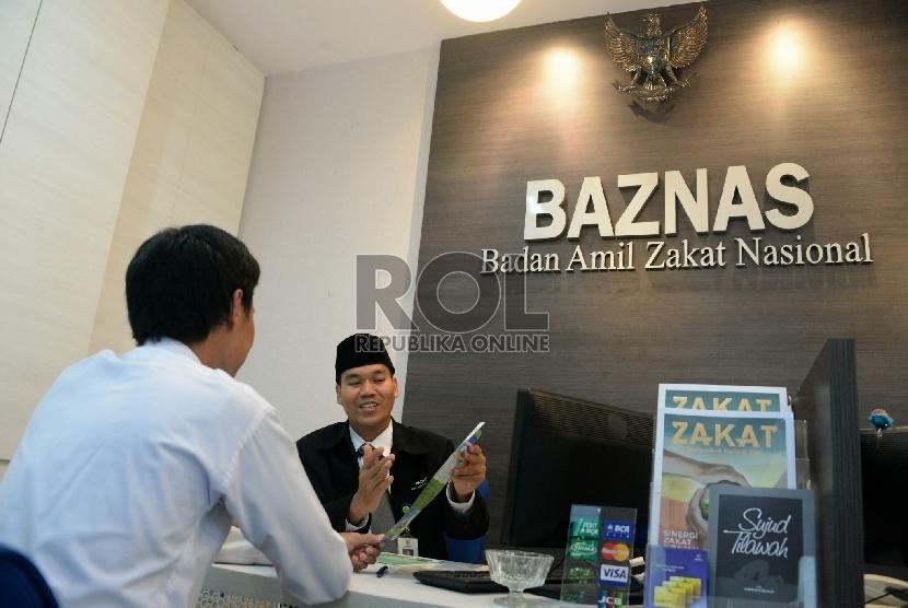 Petugas sedang melayani pembayar zakat di kantor Badan Amil Zakat Nasional (BAZNAS), Jakarta,