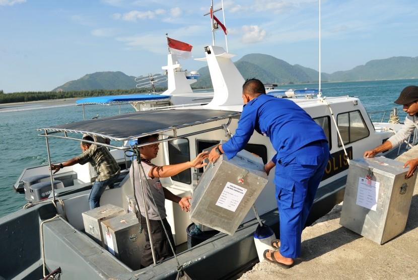 Polisi Air Polda Aceh memasukkan ogistik pilkada ke kapal patroli guna pendistribusian di pelabuhan Ulee Lheue, Banda Aceh, Selasa (14/2).