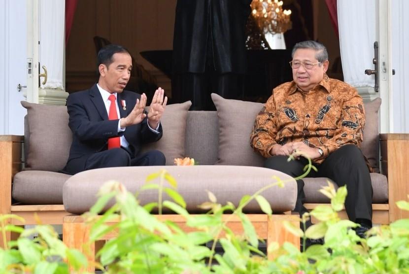 Presiden Joko Widodo (Jokowi) menerima kunjungan Presiden keenam Susilo Bambang Yudhoyono (SBY) di Istana Merdeka, Jakarta, Jumat (27/10)