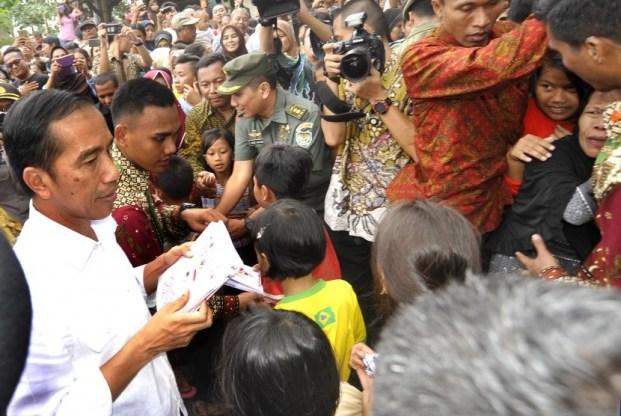 Jokowi Bagikan Paket Sembako di Bogor