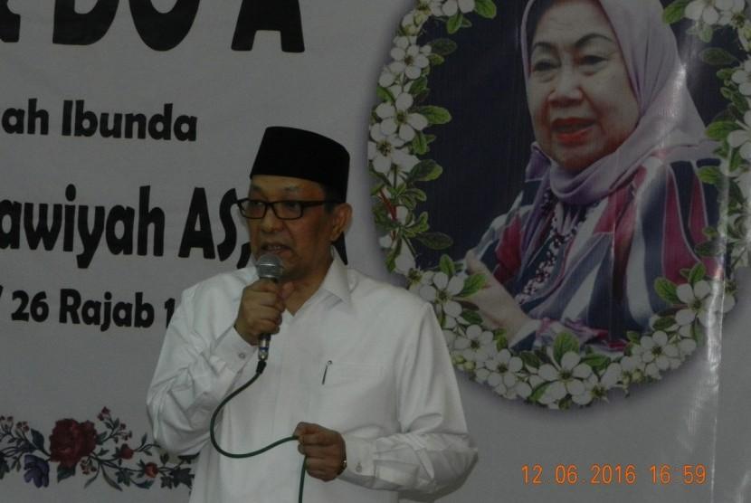 Prof Dr Dailami Firdaus, putra kedua almarhumah Prof Dr Hj Tutty Alawiyah AS, di hadapan jamaah takziyah pada acara doa dan tahlil, Ahad (12/6)