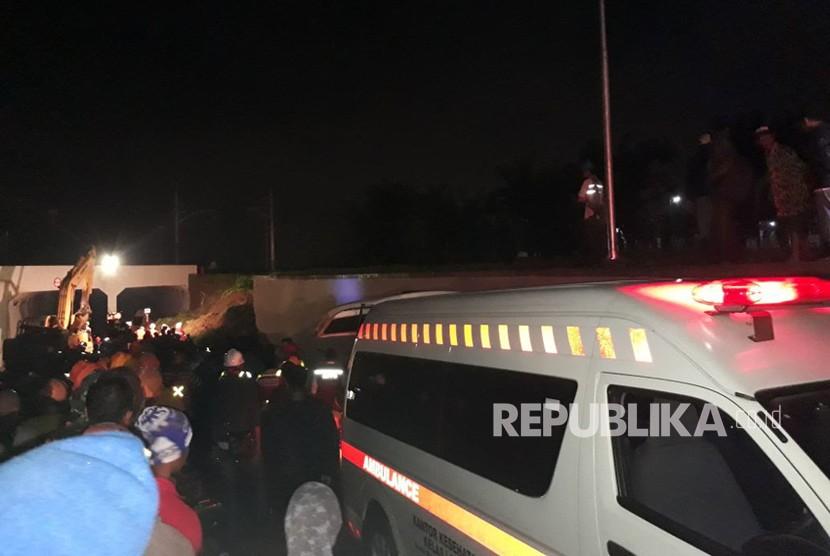 Proses evakuasi longsor di underpass jalan parimeter selatan Bandara Soekarno-Hatta, Senin (5/2).