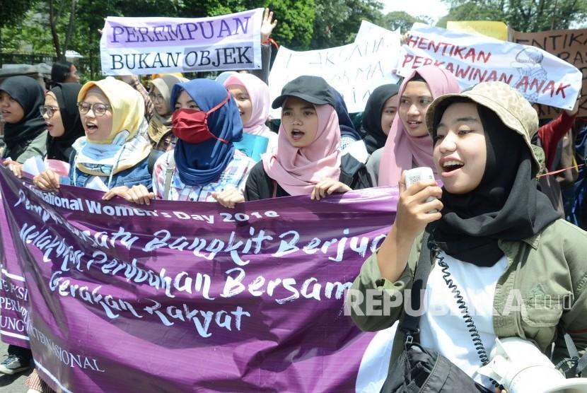 [ilustrasi] Puluhan peserta aksi dari Komite Aksi Hari Perempuan Internasional (HPI) Bandung Raya menggelar aksi memperingati Hari Perempuan Internasional, di depan Gedung sate, Kota Bandung, Kamis (8/3).