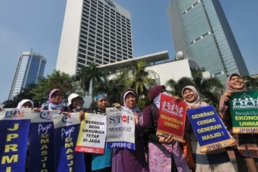 Sejumlah aktivis Jaringan Pemuda dan Remaja Masjid Indonesia melakukan kampanye menyambut Ramadhan dan 'Gerakan Ayo ke Masjid' di Bundaran HI, Jakarta, Ahad (24/7). Mereka mengajak umat Islam untuk mempersiapkan diri menjelang Ramadhan dan lebih giat menja