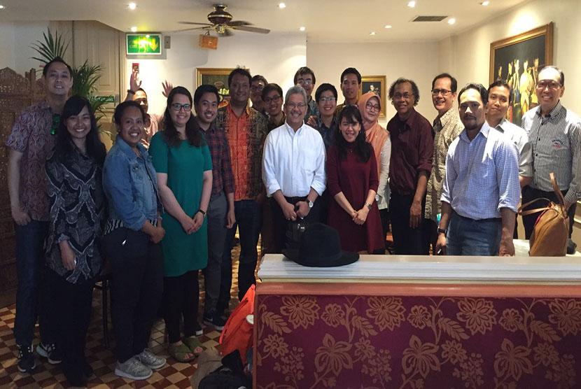 Sejumlah peserta diskusi soal pembangunan Papua berfoto bersama.