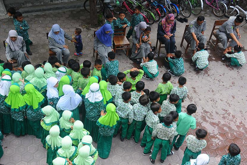Sejumlah siswa membasuh kaki ibu guru mereka di Madrasah Ibtidaiyah (MI) Canden, Sambi, Boyolali, Jawa Tengah, Rabu (25/11). (Antara/Aloysius Jarot Nugroho)