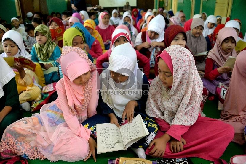 Sejumlah siswa-siswi membaca Juz Amma saat mengikuti kegiatan pesantren kilat Ramadhan.