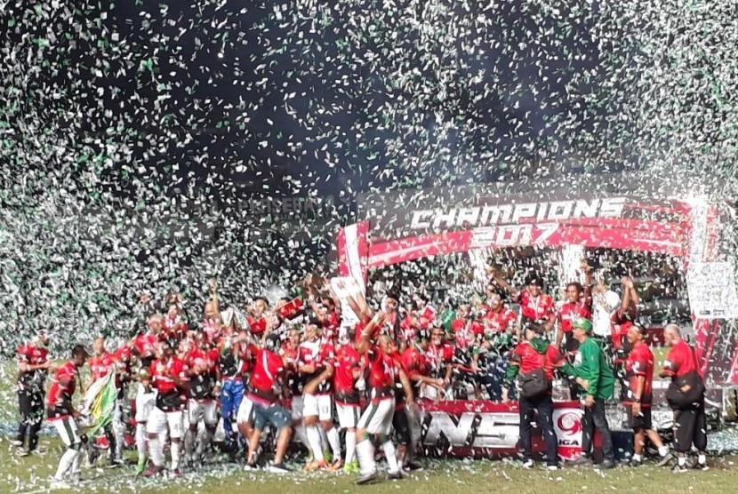 Selebrasi tim Persebaya Surabaya setelah menjuarai Liga 2 dengan mengalahkan PSMS Medan di Stadion Gelora Bandung Lautan Api, Selasa (28/11).