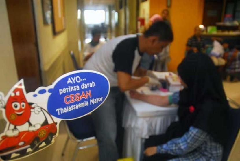 Seorang warga memeriksa darahnya saat peringatan hari Thalasemia Sedunia di Jakarta. (ilustrasi)