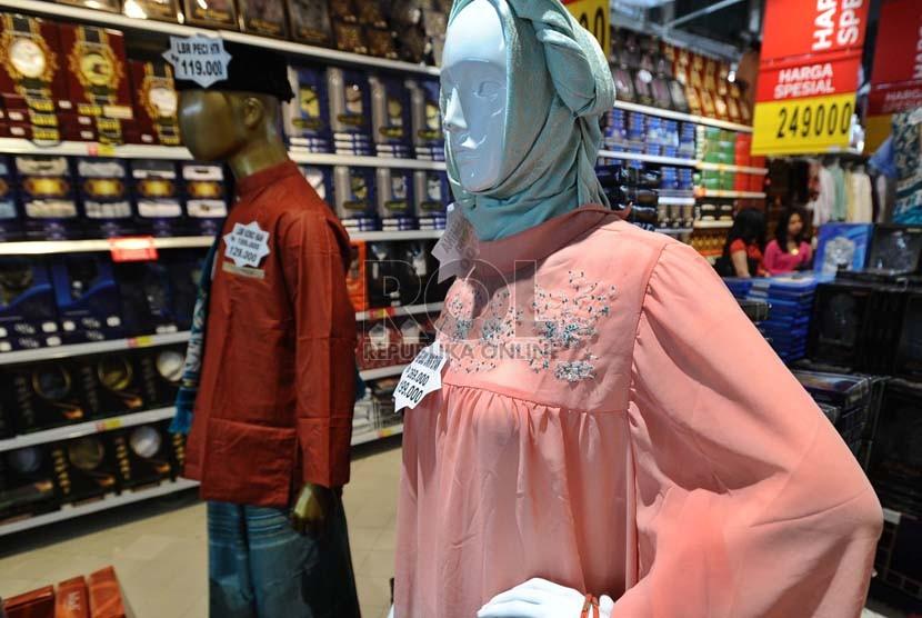 Sepasang contoh baju muslim di pajang pada pusat perbelanjaan di Jakarta, Kamis (17/7). (Republika/ Tahta Aidilla)